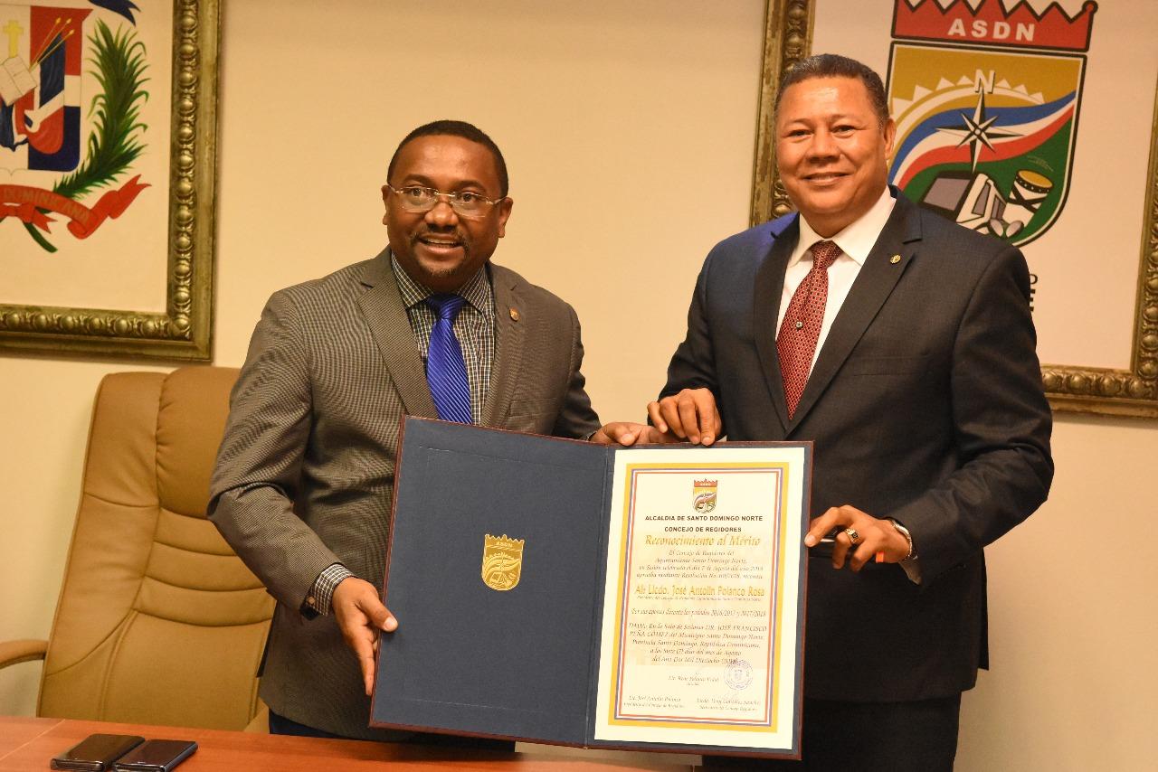 Regidores y alcalde SDN reconocen labor de Antolín Polanco