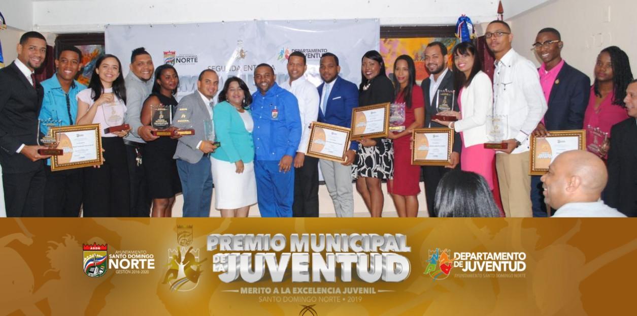 Alcalde René Polanco reconoce 16 jóvenes destacados en comunidades del municipio Santo Domingo Norte