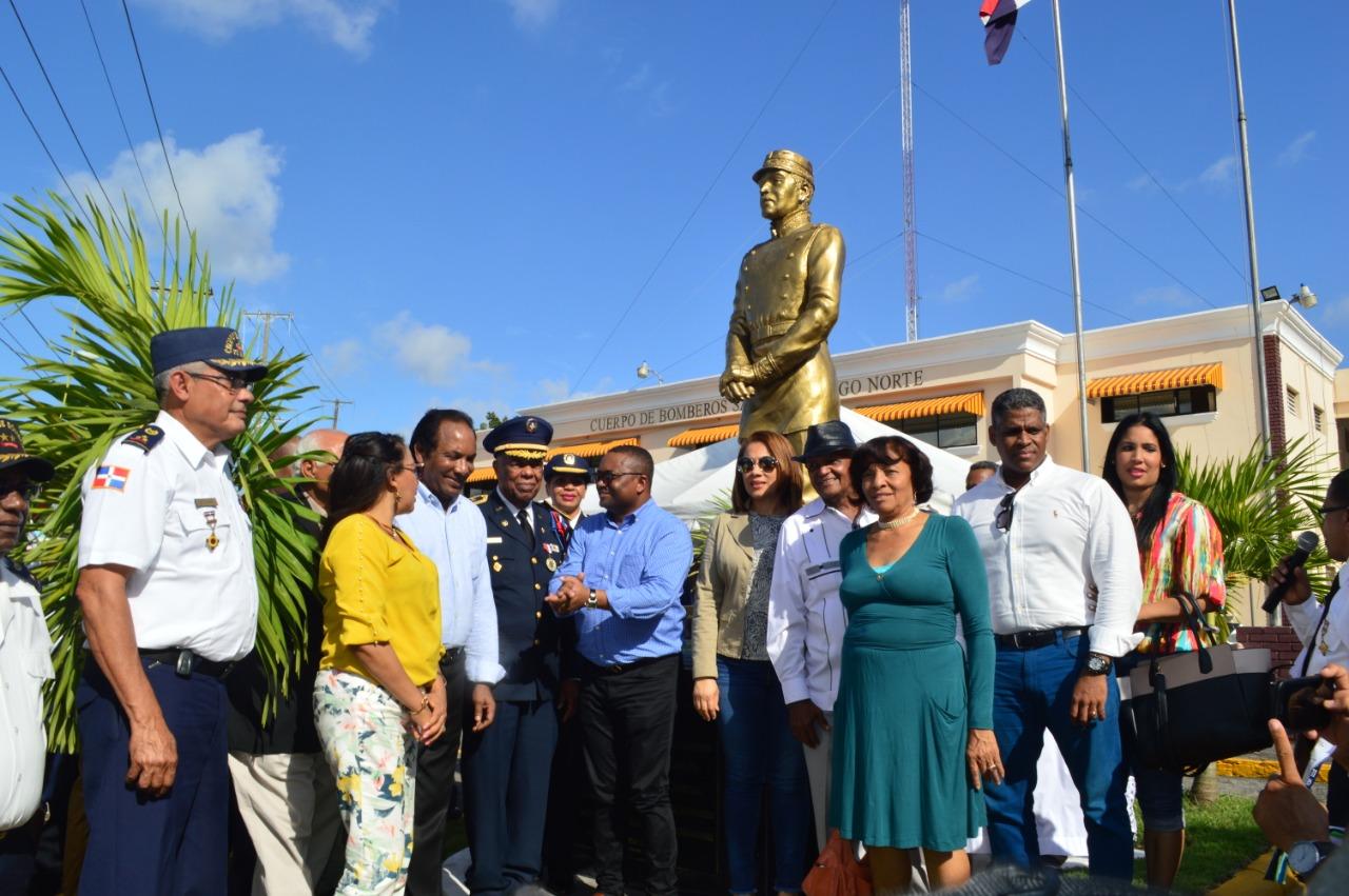 Alcaldía y Cuerpo de Bomberos de Santo Domingo Norte develizan estatua del General Gregorio Luperón