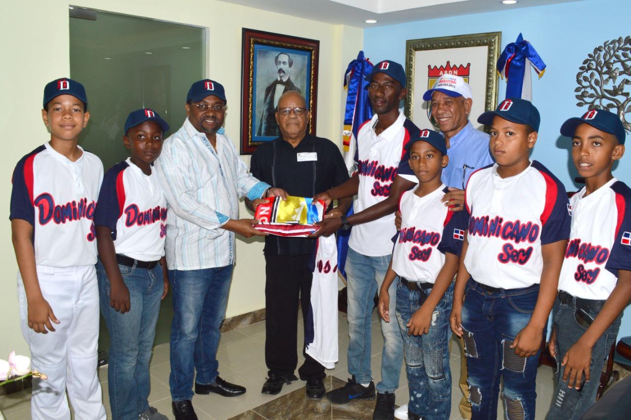 René Polanco despide a equipo infantil de beisbol viajan a Florida para participar en torneo