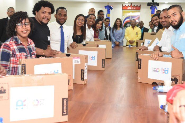 El alcalde René Polanco y la ministra de la Juventud, Robiamny Balcácer hicieron entrega  la mañana de este martes computadoras laptops a los 15 galardonados del Premio Municipal de la Juventud año 2019, como reconocimiento su  esfuerzo en favor del desarrollo del municipio.