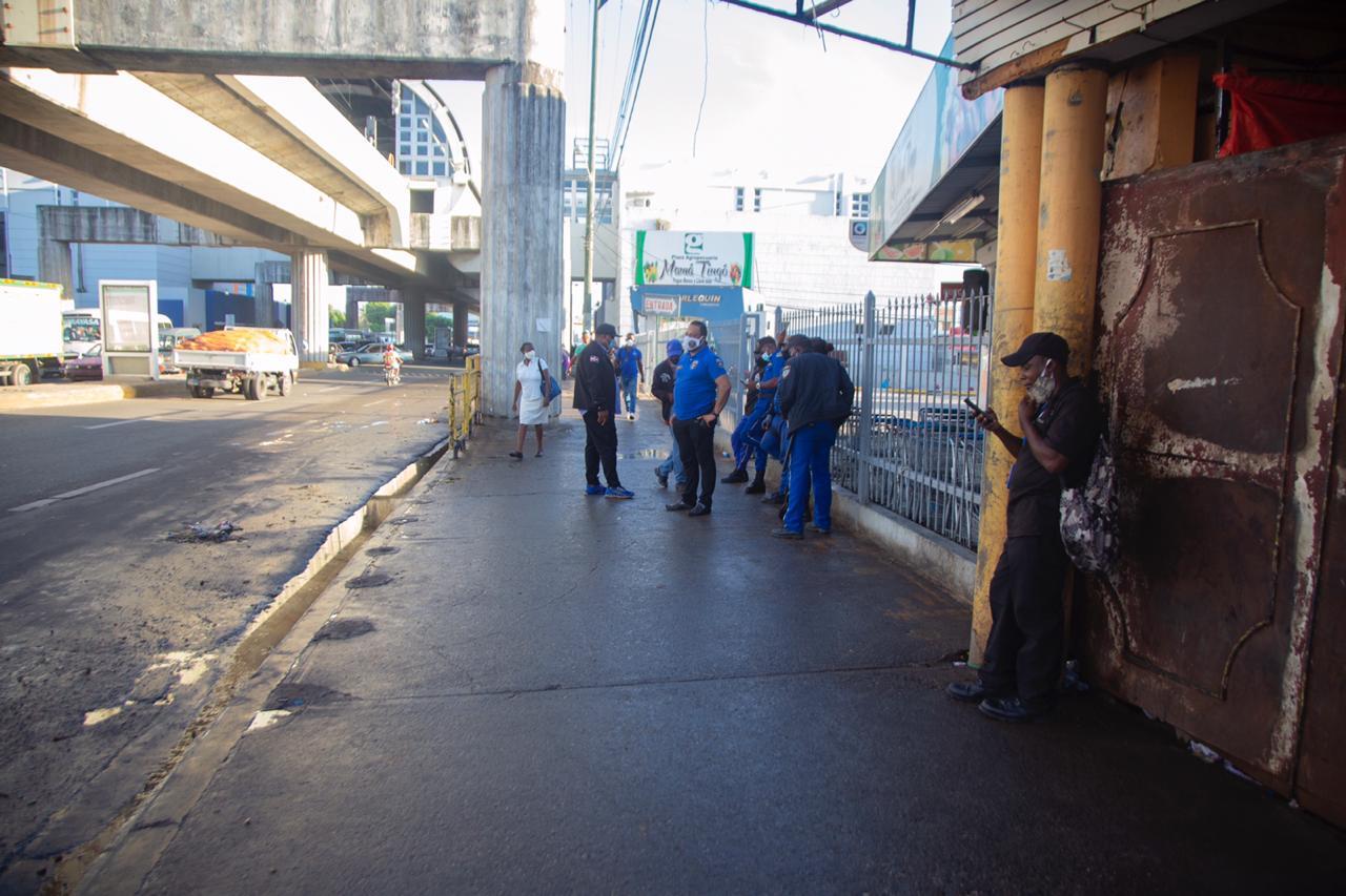 Alcaldía SDN desaloja buhonero y recupera espacios públicos en estación Mamá Tingó